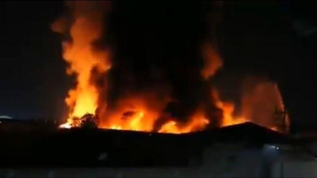 Enorme incendio consumió una fábrica en Valle de Chalco, Estado de México. (Foto: Twitter)