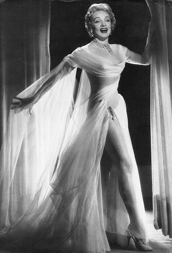 Marlene Dietrich porta un vestido de Jean Louis. Fotografía de Archivo.