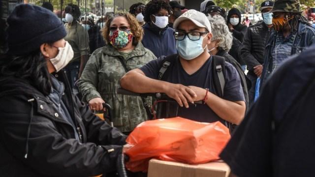 Personas con cubrebocas hacen una fila en súpermercado de Nueva York, EEUU. Getty Images