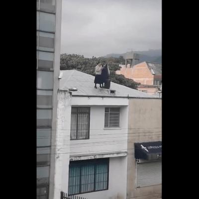 Monjas rezan con micrófono y bocina en un techo