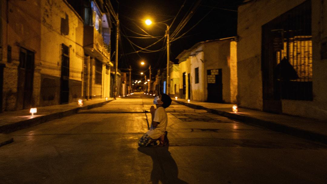 Foto Imagen viral: Niño se arrodilla a rezar en la calle para pedir que se termine la pandemia 19 mayo 2020