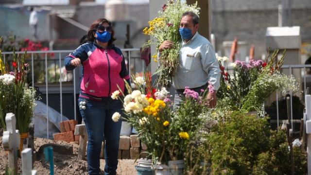 Familiares visitan los panteones a pesar de la contingencia por COVID-19. (Foto: Cuartoscuro)