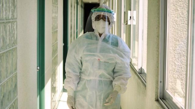 Personal médico usa traje cubrebocas y una careta contra coronavirus. Getty Images