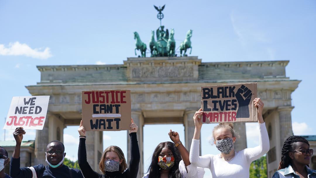FOTO: Miles de personas protestan en Berlín por muerte de George Floyd en EEUU, el 31 de mayo de 2020