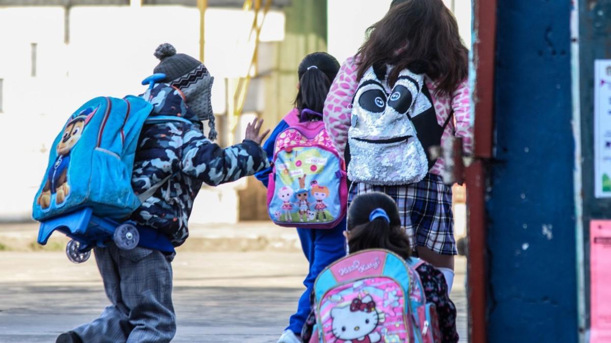 niños-con-mochilas