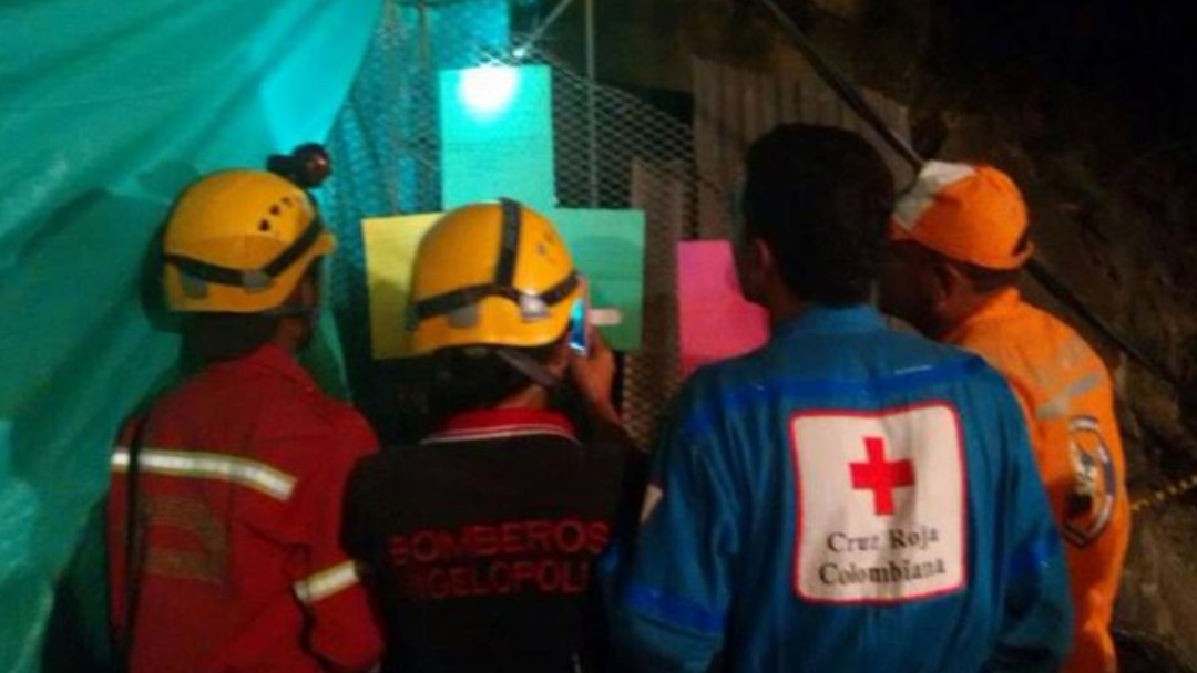 Cruz Roja y Protección Civil revisan la mina de Teloloapan, Guerrero. Twitter/@Mexteki