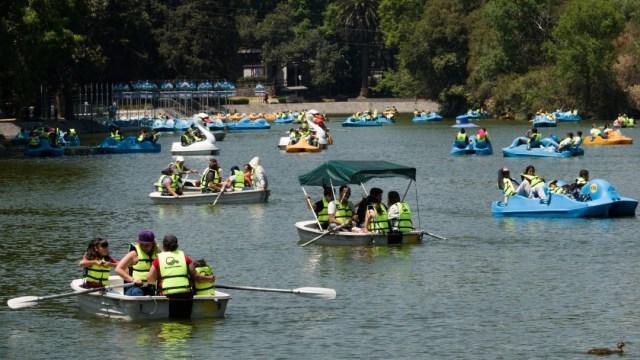 Turistas pasean en las lanchas del Lago de Chapultepec. Cuartoscuro