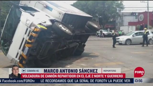 FOTO: vuelca camion repartidor en eje 2 norte y guerrero