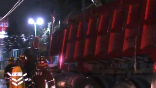 FOTO: Camión de volteo atropella a un trabajador cerca del Metro Oceanía, en CDMX, el 24 de junio de 2020