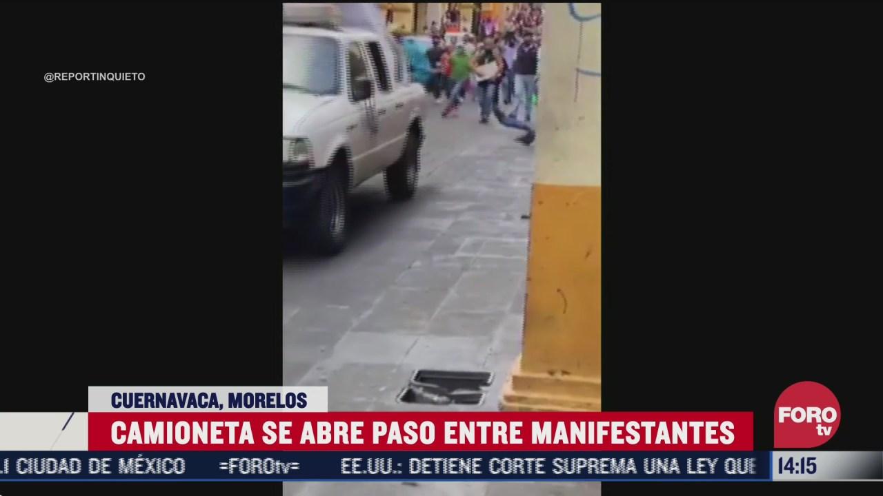 camioneta ignora manifestantes y se abre paso entre ellos