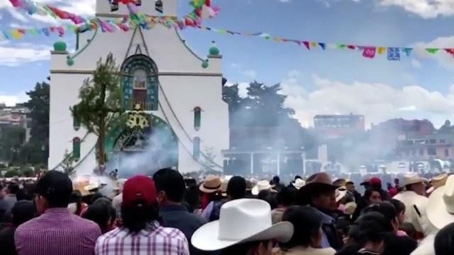 Indígenas tzotziles celebran a San Juan Bautista en Chamula, Chiapas, sin sana distancia