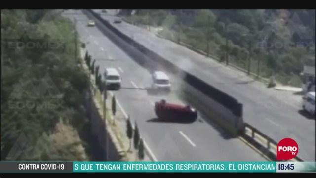 FOTO: conductor choca al tratar de rebasar otro vehiculo en naucalpan