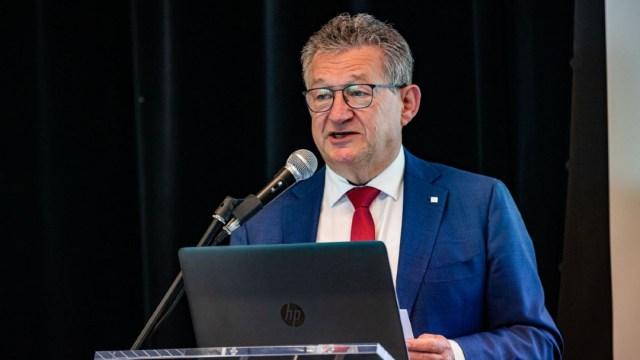 Fotografía que muestra al alcalde de Brujas, Dirk De fauw. (Foto: RTBF)