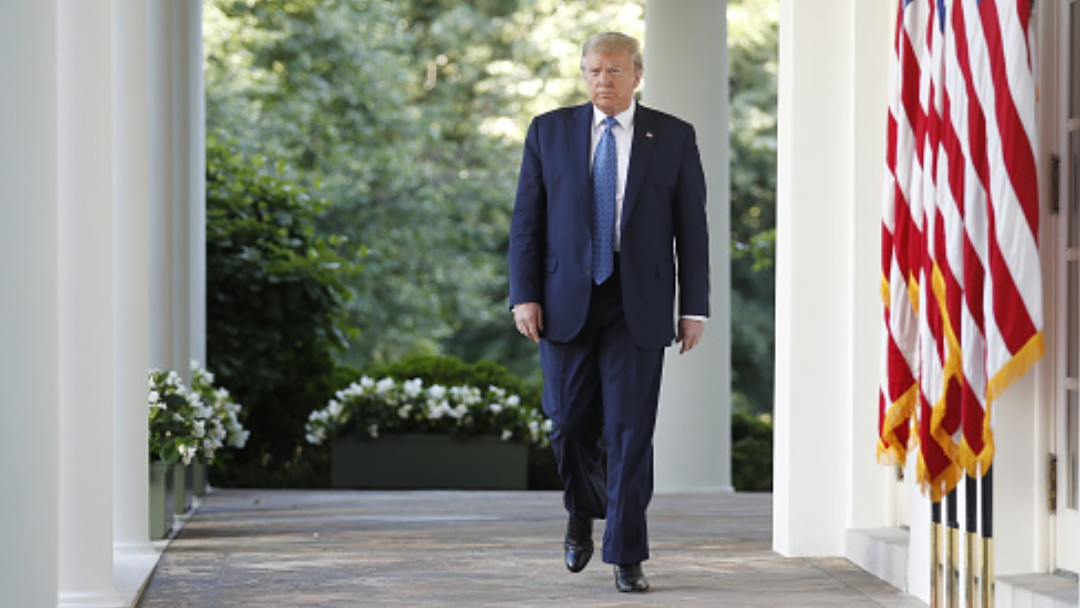 Donald Trump camina en el patio de la Casa Blanca. Getty Images