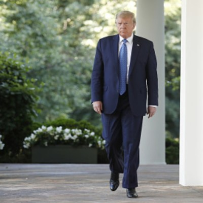 Donald Trump camina en el patio de la Casa Blanca. Getty Images
