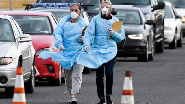 Trabajadores de la salud en Estados Unidos; EEUU supera los 2.5 millones de contagios de coronavirus