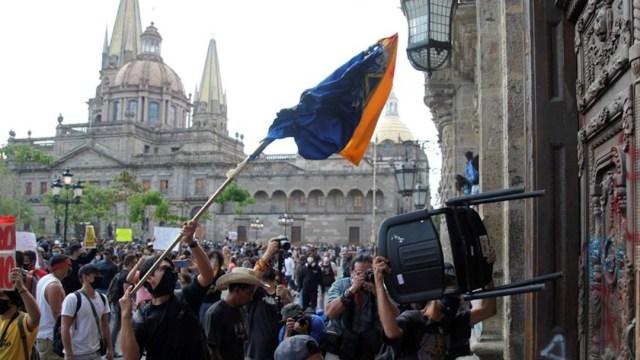 Con protestas y disturbios, exigen 'Justicia para Giovanni', en Guadalajara