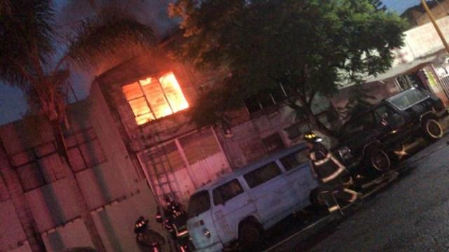 Incendio en la calle Norte 92 y Oriente 103, colonia Gertrudis Sánchez. (Foto: @cmmnelo)