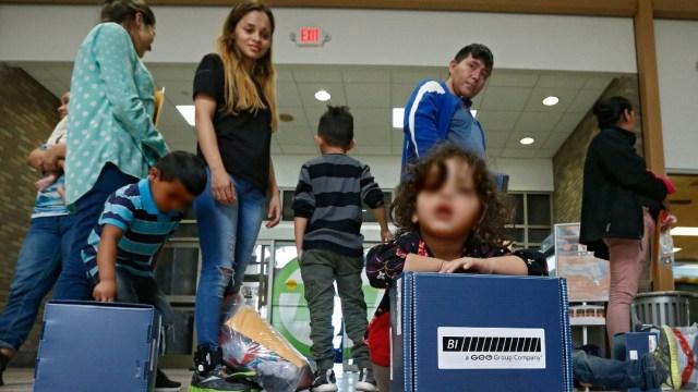 Jueza en EEUU ordena liberar a menores migrantes de centros de detención por COVID-19