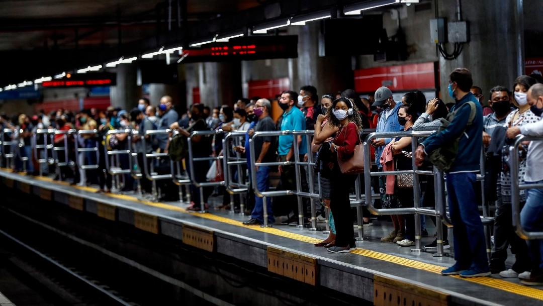 Personas en el metro de Brasil