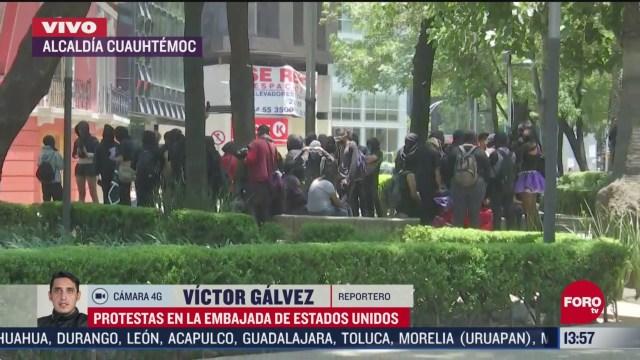manifestantes protestan en la embajada de estados unidos