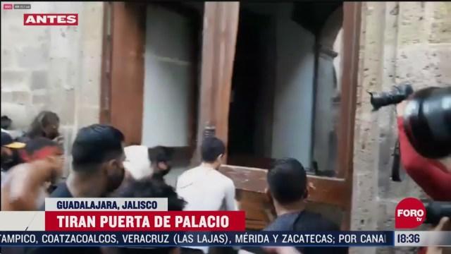 FOTO: manifestantes tiran puerta de palacio de gobierno en guadalajara