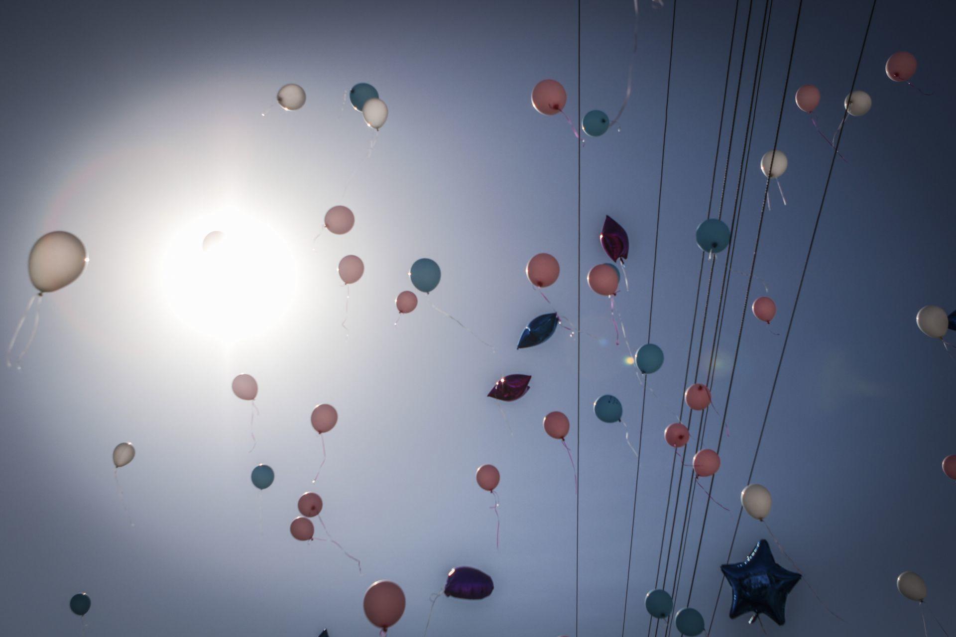 Globos volando en conmemoración a las víctimas de la Guardería ABC
