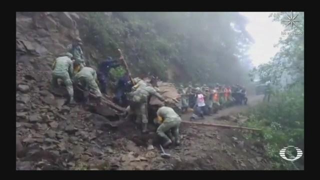 Militares y voluntarios trabajan en derrumbes tras sismo en Oaxaca