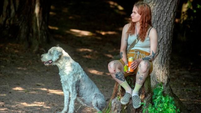 Mujer con perro en Finlandia; analizan nuevo test para coronavirus