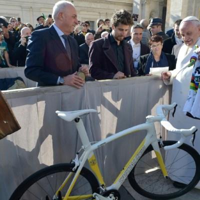 El tres veces campeón mundial de ciclismo Peter Sagan le regala al Papa Francisco un jersey y una bicicleta pintada con los colores de la bandera del Vaticano. (Foto: AP)