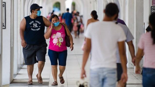 pareja-camina-usando-cubrebocas-en-manzanillo-colima