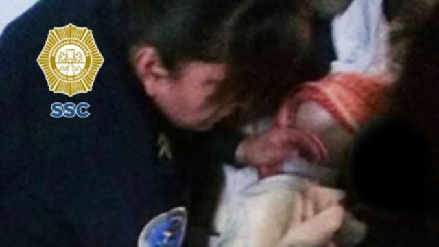 FOTO: Policías ayudan a mujer en labor de parto en Iztapalapa, el 13 de junio de 2020