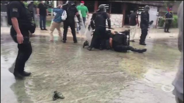 Policías detienen a manifestantes, en Puerto Morelos