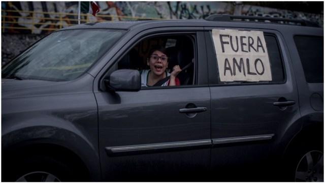 Ciudadana protesta en su automóvil contra AMLO