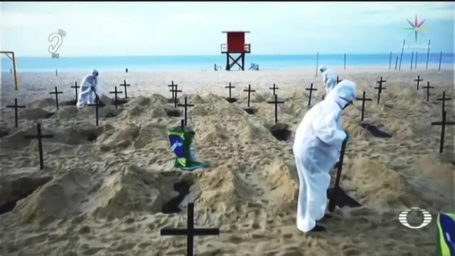 Protestan cavando tumbas en playa de Copacabana, Brasil