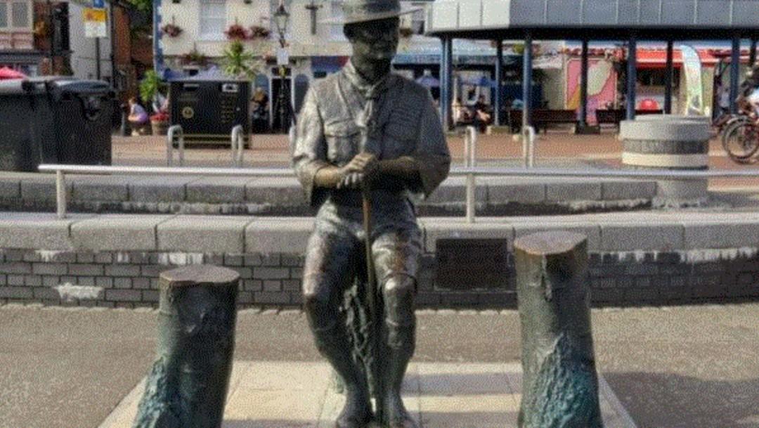 Foto: Retiran estatua del fundador de los Boy Scouts en Inglaterra para evitar ataques