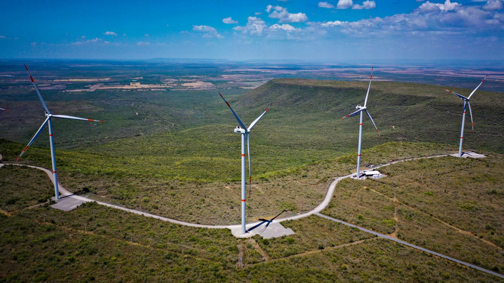 turbinas energia eolica pasto cielo azul