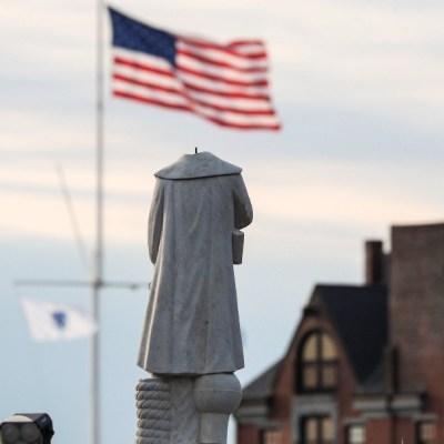 Decapitan y derriban estatuas de Cristóbal Colón en Estados Unidos