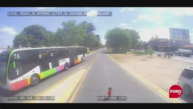 video nina en riesgo de ser atropellada por el mexibus