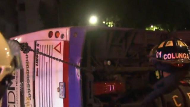 FOTO: Vuelca camión de transporte público en San Antonio Abad, CDMX, el 03 de junio de 2020