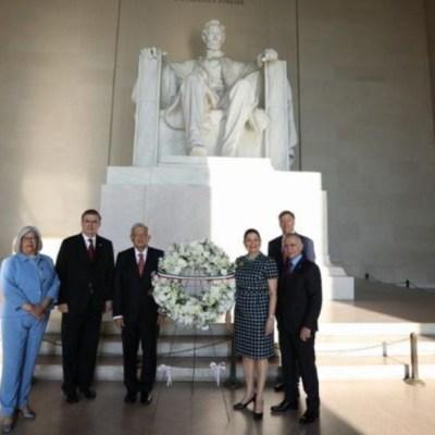 AMLO deposita ofrenda en monumento a Abraham Lincoln