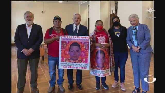 AMLO se reúne con padres de los 43 normalistas desaparecidos de Ayotzinapa
