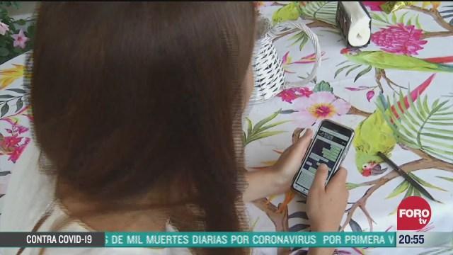 mujer revisa el celular de su esposo y cacha infidelidad en confinamiento por pandemia de coronavrius