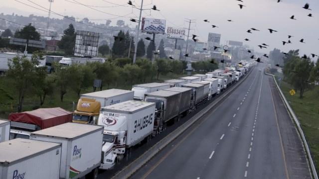 Se incendia camioneta que transportaba combustible en Puebla