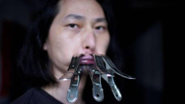 El artista chino Brother Nut utilizó broches de metal, guantes, cinta adhesiva y otros artículos para cerrar su boca por 30 días en protesta a la censura del régimen del presidente Xi Jinping durante la pandemia del coronavirus