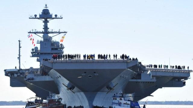 Buque de la Armada de EEUU arde en base de San Diego después de una explosión