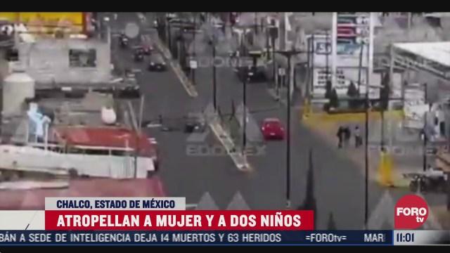captan momento cuando automovilista atropella a una mujer y a dos ninos