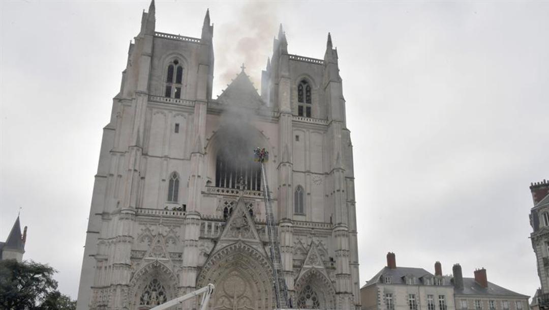 Liberan a hombre detenido tras incendio en una catedral en Francia