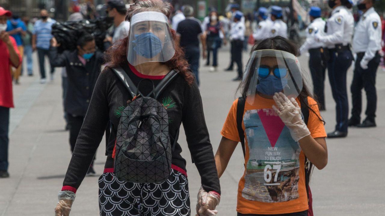Mientras los capitalinos recurren al uso de caretas para prevenir contagios, investigadores de la UNAM estudian cómo nuestra manera de toser o estornudar contribuye a propagar el virus