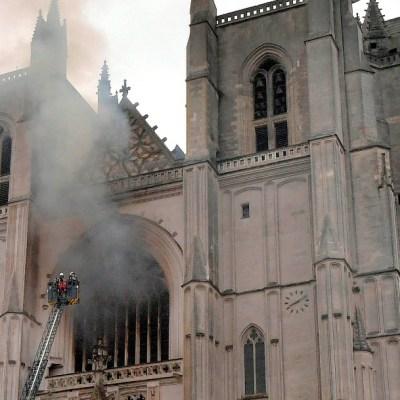 Detienen a hombre por su presunta relación con incendio en la catedral de Nantes